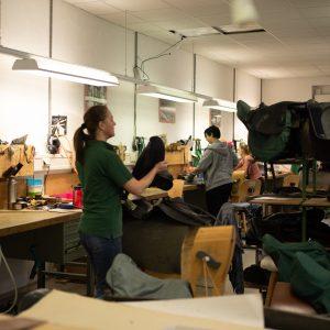 Pferdesättel werden in der Werkstatt hergestellt