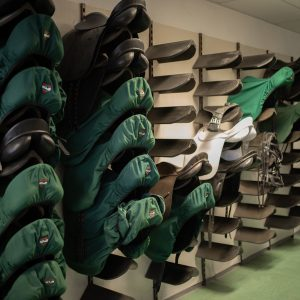 Pferdesattelkollektion in der Werkstätte